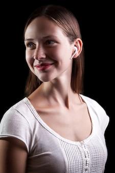 Mulher com sardas e fones de ouvido sem fio