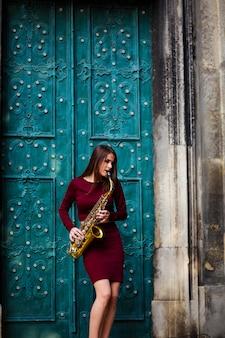 Mulher com saxofone na rua