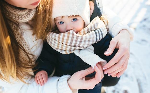 Mulher com seu bebê nos braços