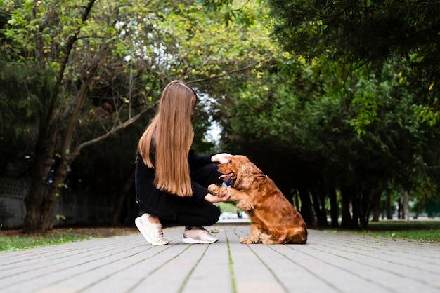 Mulher com seu cachorro no parque