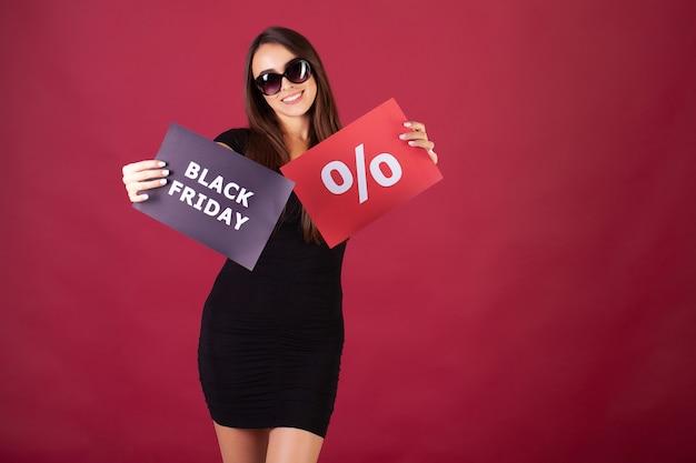 Mulher com sexta-feira negra e inscrição percentual