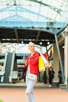 Mulher, com, shopping, pacotes, em, centro comercial