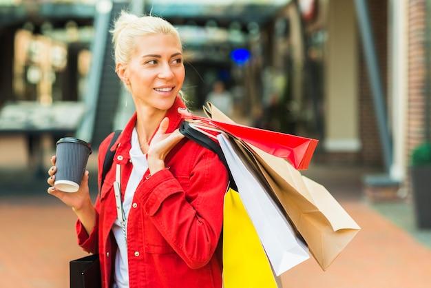 Mulher, com, shopping, pacotes, em, mart
