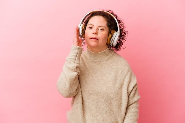 Mulher com síndrome de down com fones de ouvido isolados