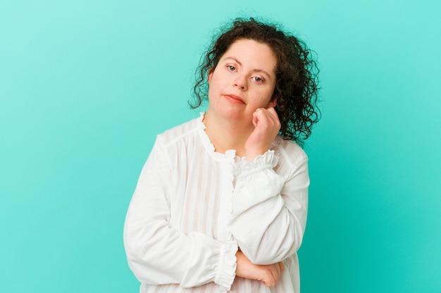 Mulher com síndrome de down isolada cansada de uma tarefa repetitiva.