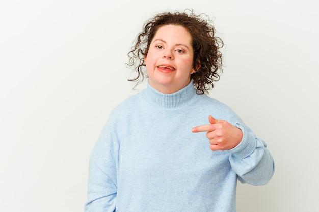 Mulher com síndrome de down isolada pessoa apontando com a mão para um espaço de cópia de camisa, orgulhosa e confiante