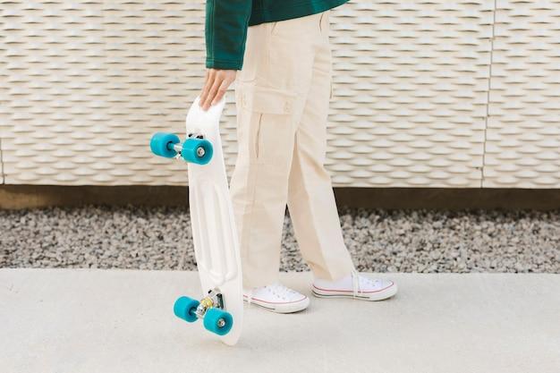 Mulher com skate ao ar livre