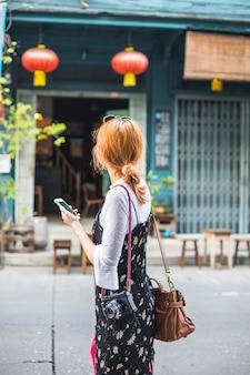 Mulher, com, smartphone, e, câmera, ligado, rua