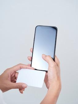 Mulher com smartphone e cartão de crédito