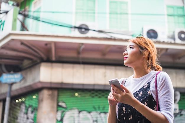 Mulher, com, smartphone, ligado, rua