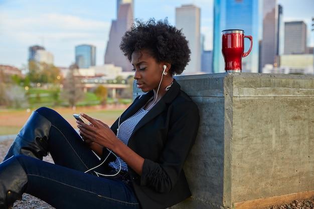 Mulher, com, smartphone, sentando, parque