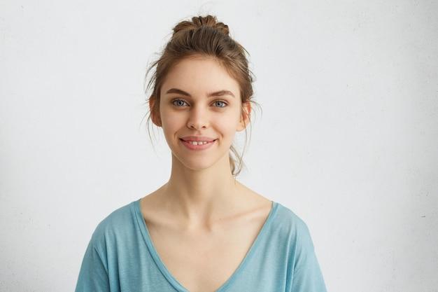 Mulher com sorriso gentil
