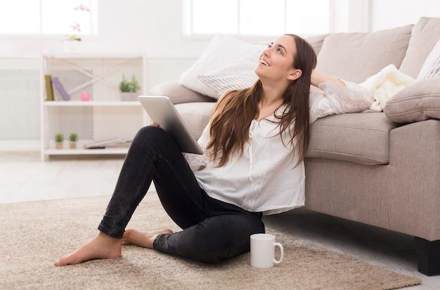 Mulher com tablet em casa
