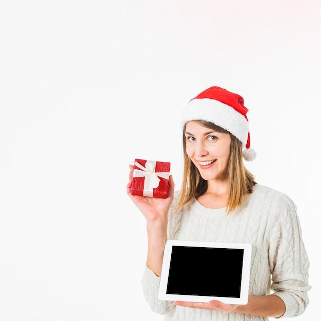Mulher, com, tabuleta, e, pequeno, caixa presente