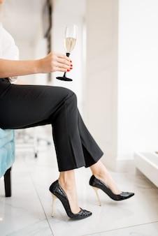 Mulher com taça de champanhe no salão de beleza.