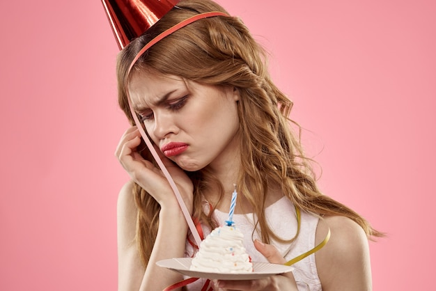 Mulher com tampa vermelha bolo de festa de aniversário fundo rosa