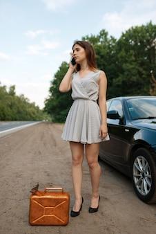 Mulher com tanque de gasolina na estrada