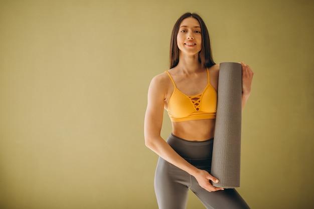 Mulher, com, tapete ioga, prática, ioga