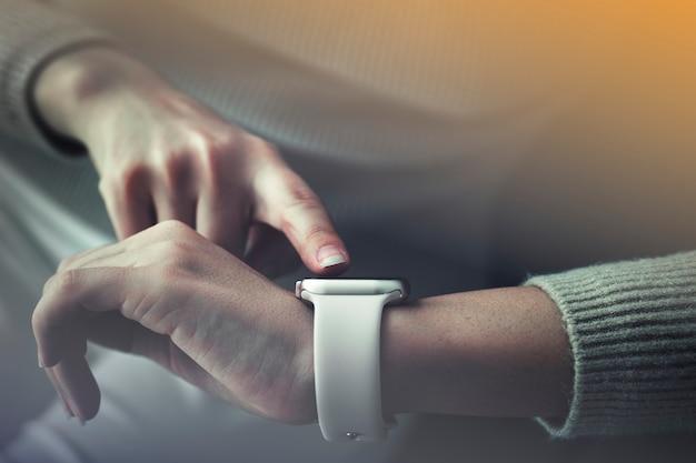 Mulher com tecnologia futurista smartwatch usando tela virtual