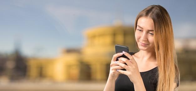 Mulher com telefone celular