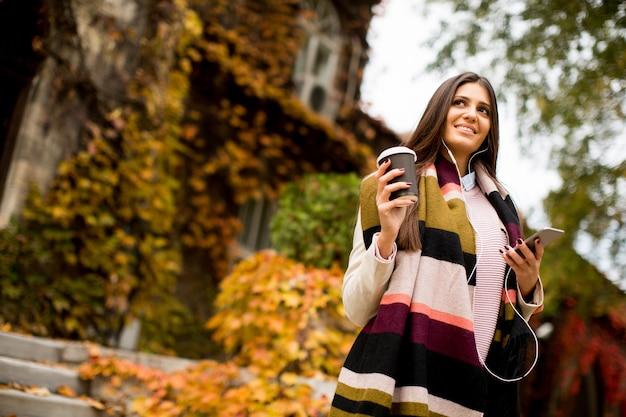 Mulher, com, telephon, ao ar livre