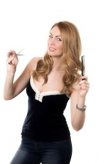 Mulher com tesouras e pente de cabelo