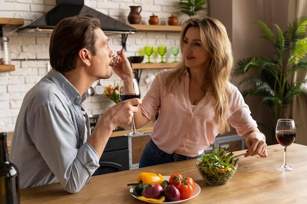 Mulher com tiro médio alimentando homem Foto Premium