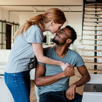 Mulher com tiro médio beijando homem