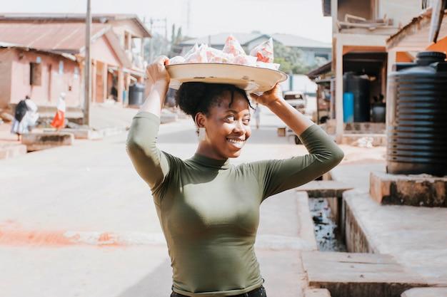 Mulher com tiro médio carregando comida