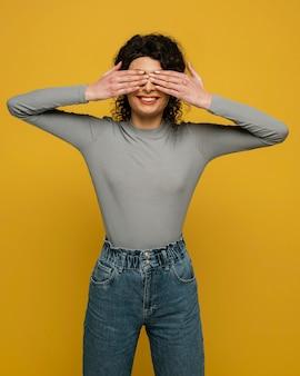Mulher com tiro médio cobrindo os olhos