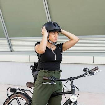 Mulher com tiro médio colocando capacete