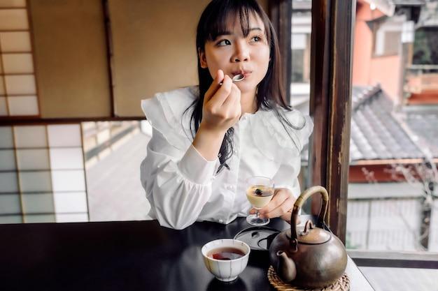 Mulher com tiro médio comendo sobremesa