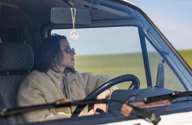 Mulher com tiro médio dirigindo van