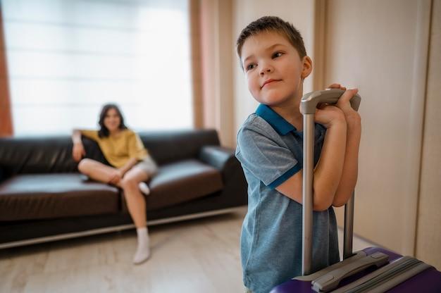 Mulher com tiro médio e criança dentro de casa