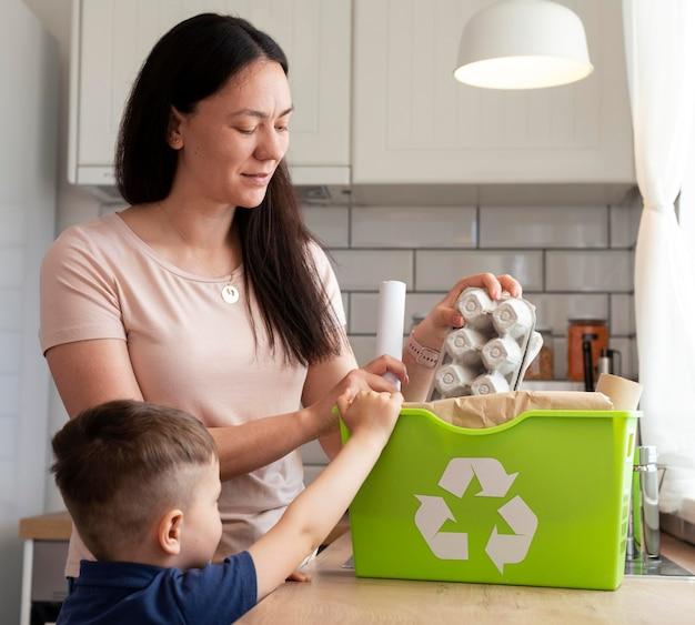Mulher com tiro médio e criança na cozinha