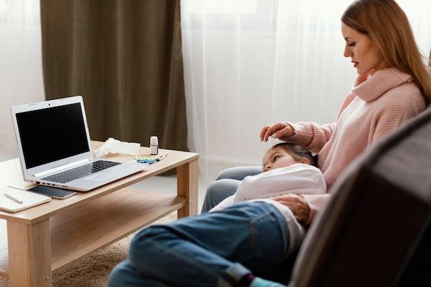 Mulher com tiro médio e criança no sofá