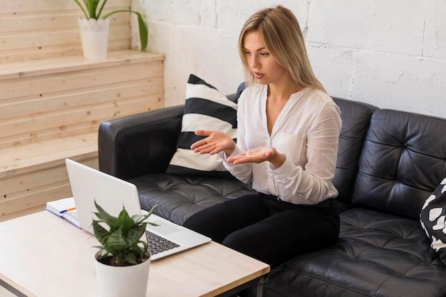 Mulher com tiro médio em reunião online