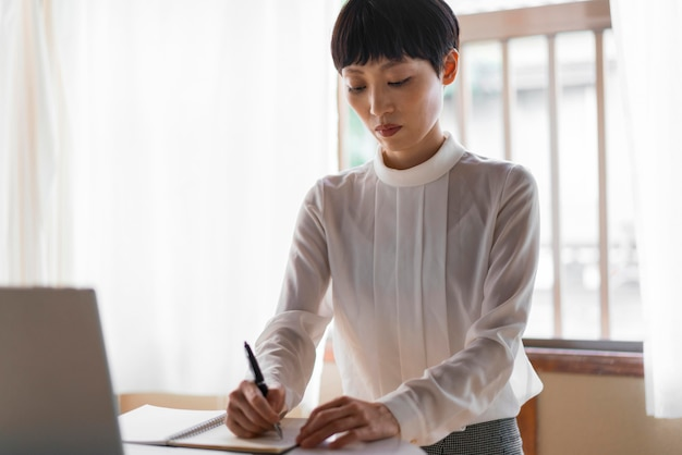 Mulher com tiro médio escrevendo mensagem