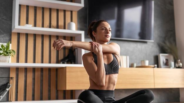 Mulher com tiro médio esticando o braço