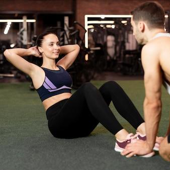 Mulher com tiro médio fazendo abdominais