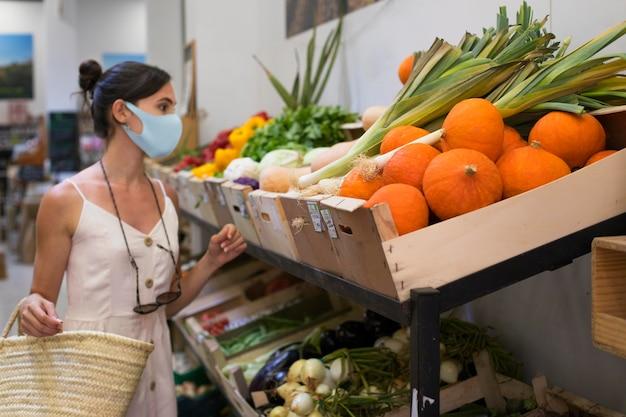 Mulher com tiro médio fazendo compras