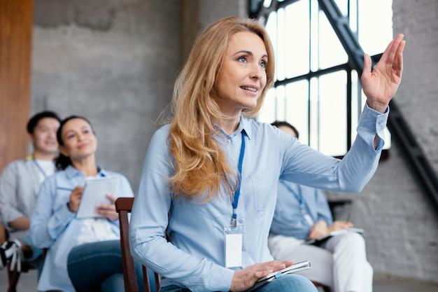 Mulher com tiro médio fazendo perguntas