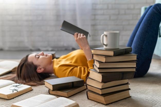 Mulher com tiro médio lendo