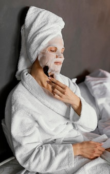 Mulher com tiro médio massageando rosto