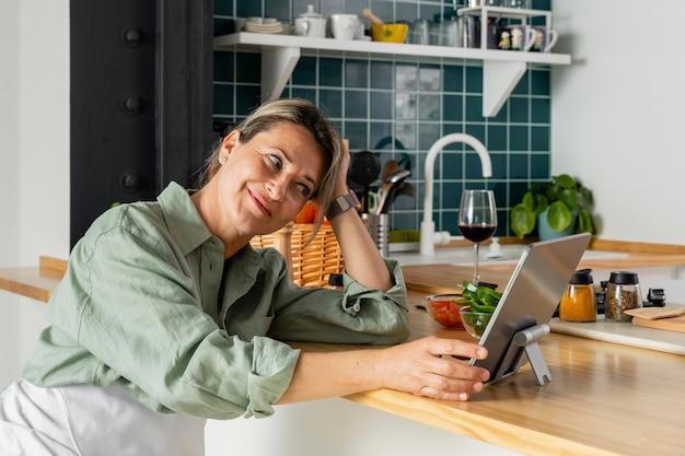 Mulher com tiro médio na cozinha