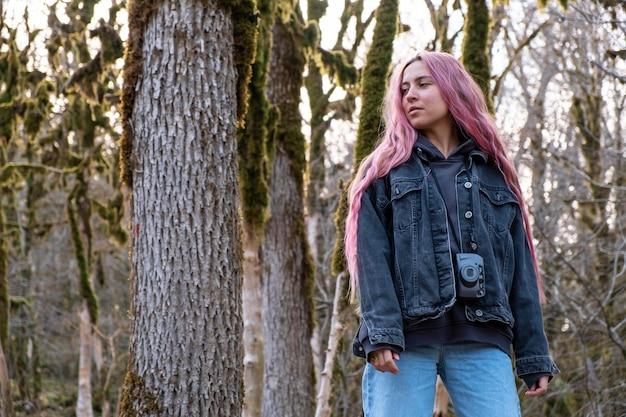 Mulher com tiro médio na floresta