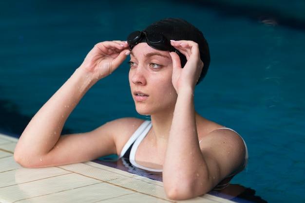 Mulher com tiro médio na piscina