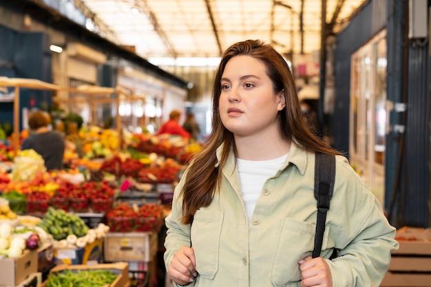 Mulher com tiro médio no mercado