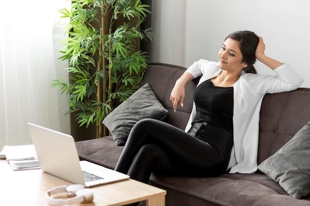 Mulher com tiro médio no sofá
