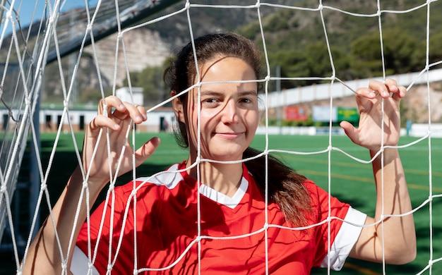 Mulher com tiro médio segurando a rede